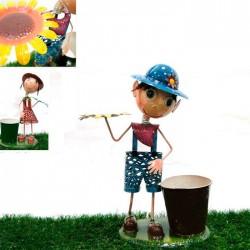 Niño/a con maceta y flor